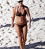 46154_Celebutopia-Britney_Spears_in_bikini_on_the_beach_in_the_Carribbean-14_122_481lo.jpg