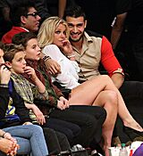 46D4D41F00000578-5131407-Family_fun_Britney_Spears_donned_a_leggy_look_for_the_LA_Lakers_-a-166_1512036271948.jpg