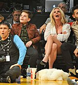 Britney-Spears-Kissing-Boyfriend-LA-Lakers-Game-Nov-2017_281029.jpg