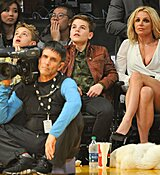 Britney-Spears-Kissing-Boyfriend-LA-Lakers-Game-Nov-2017_281129.jpg