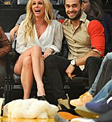 Britney-Spears-Kissing-Boyfriend-LA-Lakers-Game-Nov-2017_281229.jpg