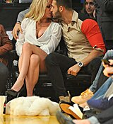 Britney-Spears-Kissing-Boyfriend-LA-Lakers-Game-Nov-2017_28129.jpg