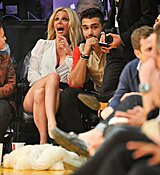 Britney-Spears-Kissing-Boyfriend-LA-Lakers-Game-Nov-2017_28429.jpg