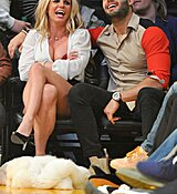 Britney-Spears-Kissing-Boyfriend-LA-Lakers-Game-Nov-2017_28729.jpg