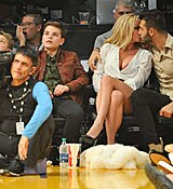 Britney-Spears-Kissing-Boyfriend-LA-Lakers-Game-Nov-2017_28829.jpg