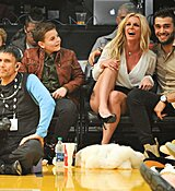 Britney-Spears-Kissing-Boyfriend-LA-Lakers-Game-Nov-2017_28929.jpg